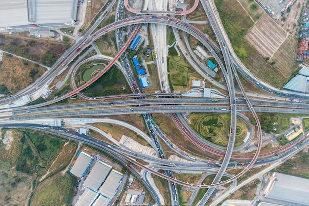Widok z lotu ptaka wymiana ekspresowa droga i korek drogowy