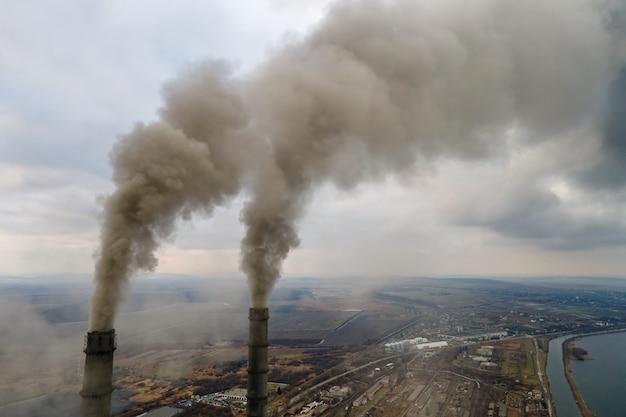 Widok Z Lotu Ptaka Wysokich Rur Elektrowni Węglowej Z Czarnym Dymem W Górę Zanieczyszczającej Atmosfery. Premium Zdjęcia