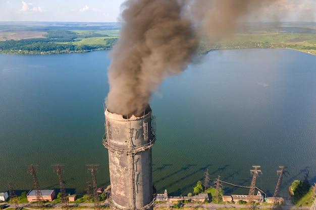 Widok Z Lotu Ptaka Wysokich Rur Elektrowni Węglowej Z Czarnym Kominem Zanieczyszczającym Atmosferę. Produkcja Energii Elektrycznej Z Koncepcją Paliw Kopalnych. Premium Zdjęcia