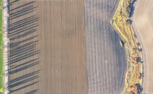 Widok z lotu ptaka wysokiej jakości gleby w terenie. gotowy do uprawy roślin. pole z ziemniakami, korzeniami.