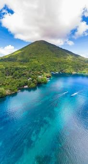 Widok z lotu ptaka wyspy banda archipelag moluccas indonezja, pulau gunung api