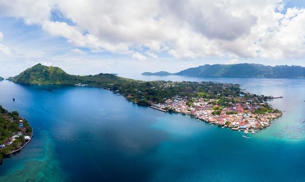 Widok z lotu ptaka wyspy banda archipelag moluków indonezja, pulau gunung api, strumienie lawy, plaża z białym piaskiem z rafy koralowej. najlepsza miejscowość turystyczna, najlepsze nurkowanie z rurką.