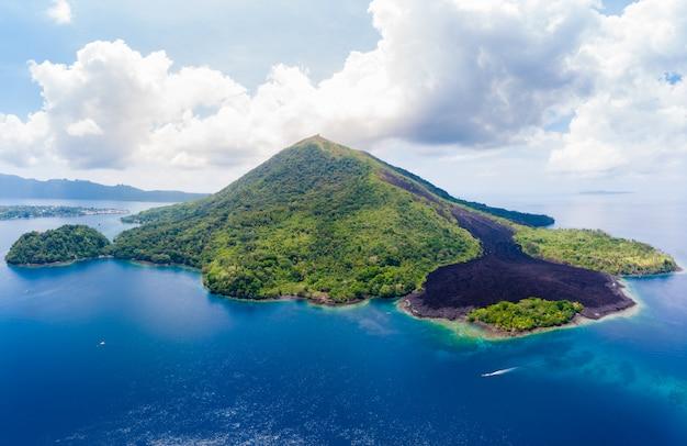 Widok z lotu ptaka wyspy banda archipelag moluków indonezja, pulau gunung api, strumienie lawy, rafa koralowa. najlepsza miejscowość turystyczna, najlepsze nurkowanie z rurką.