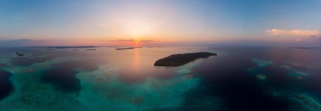 Widok z lotu ptaka wyspy banyak sumatra tropikalny archipelag indonezja, rafa koralowa z białym piaskiem plaża. najpopularniejsze miejsce turystyczne, najlepsze nurkowanie z rurką. niebo o zachodzie słońca