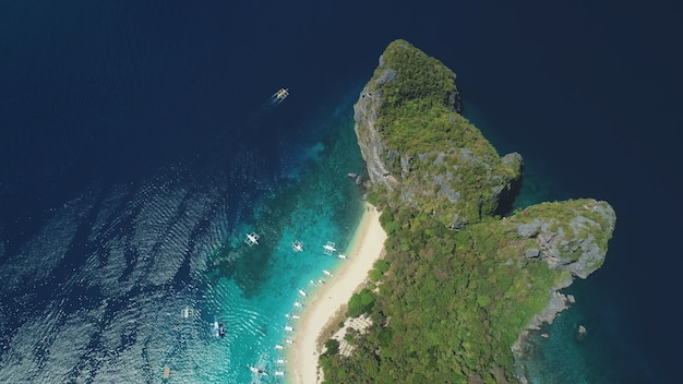 Widok z lotu ptaka wyspy oceanu z góry na dół