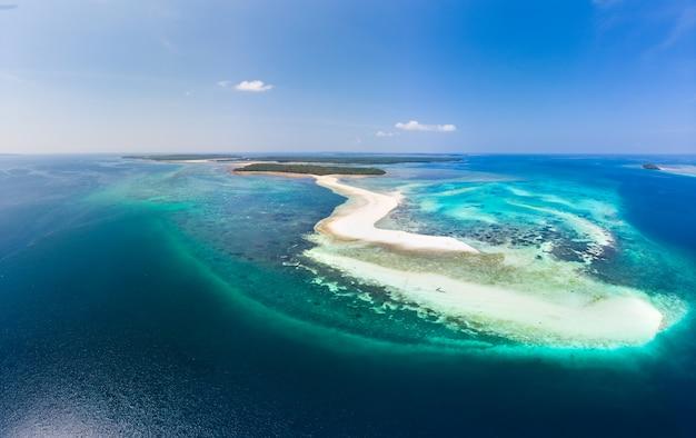 Widok z lotu ptaka wyspy tropikalnej plaży rafy morze karaibskie. biały piasek bar snake island, indonezja archipelag moluccas, wyspy kei, morze banda, cel podróży