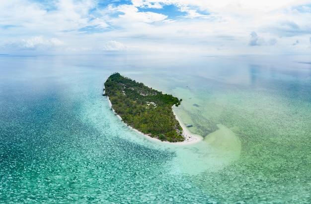 Widok z lotu ptaka wyspy tropikalnej plaży rafy morze karaibskie