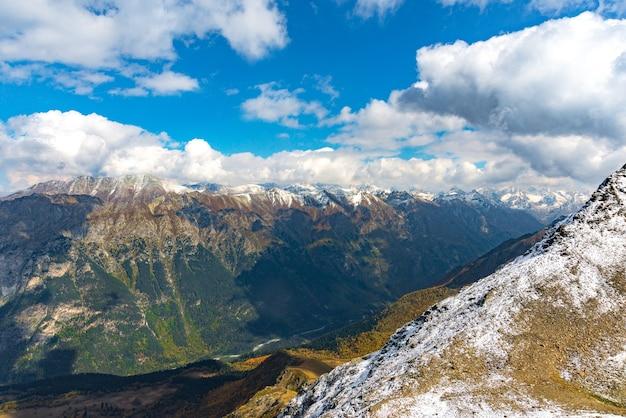 Widok z lotu ptaka z drona. letnie górskie krajobrazy karaczaj-czerkiesji, dombay, zachodniego kaukazu.