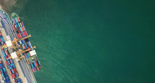 Widok z lotu ptaka z drona logistyka i transport kontenerowego statku towarowego i importu ładunków eksportowych, koncepcja logistyki biznesowej,