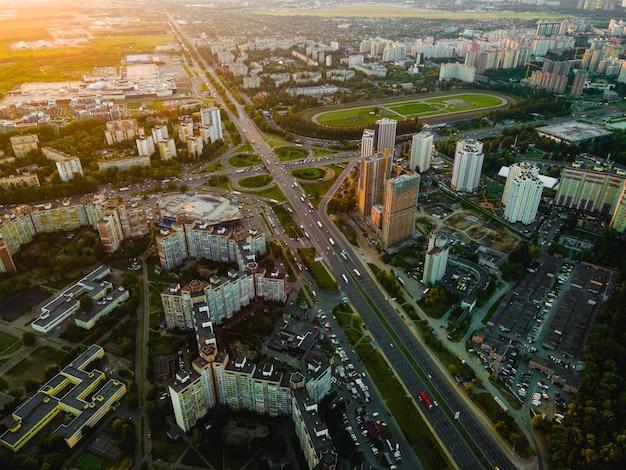 Widok z lotu ptaka z drona na autostradzie w mieście o zachodzie słońca