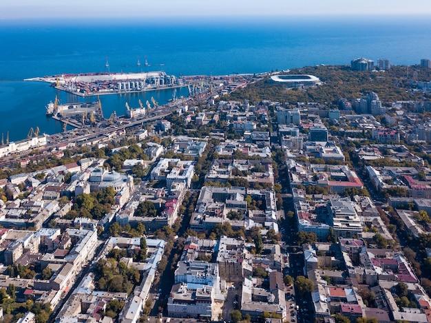 Widok z lotu ptaka z drona na panoramę miasta odessa i morze na tle błękitnego nieba w słoneczny dzień