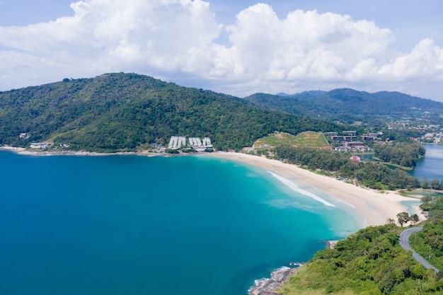 Widok z lotu ptaka z drona. panoramiczny widok na morze i wybrzeże oceanu na morzu andamańskim południowej tajlandii. w rawai, phuket tajlandia. koncepcja przyrody i podróży.