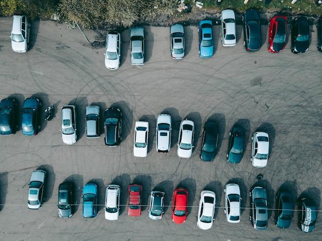 Widok z lotu ptaka z drona parkingu dla samochodów