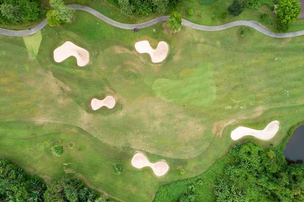 Widok z lotu ptaka z drona pięknego pola golfowego