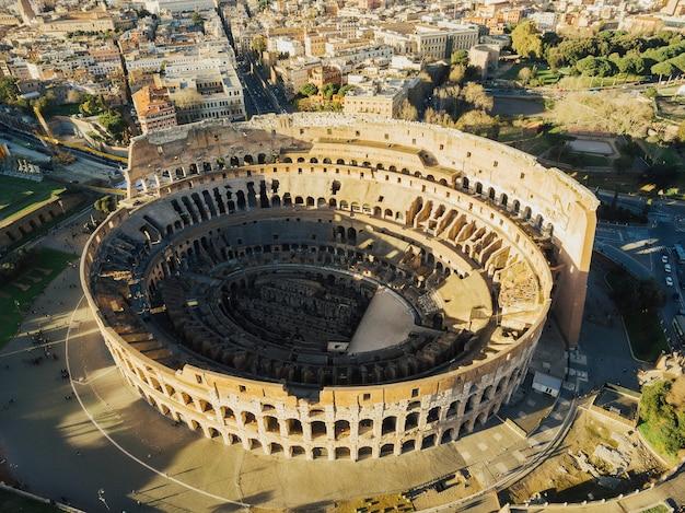 Widok z lotu ptaka z drona przedstawiający kultową starożytną arenę koloseum