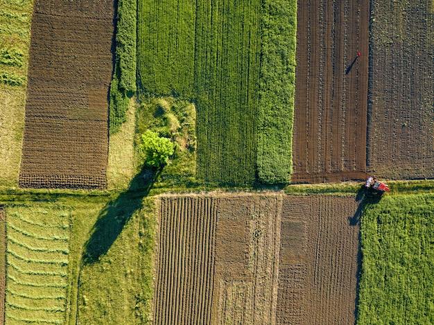 Widok z lotu ptaka z drona, widok z lotu ptaka na pola uprawne wraz z drogą przez