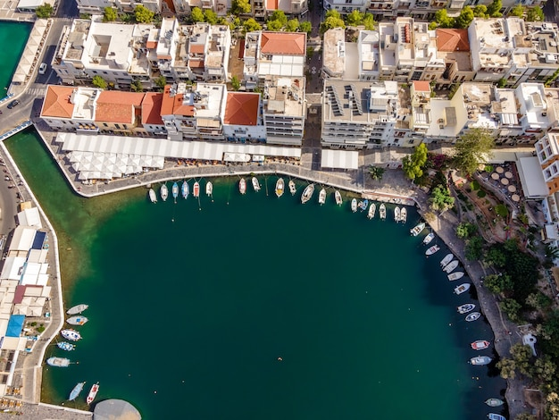 Widok z lotu ptaka z góry dronem jeziora voulismeni w mieście agios nikolaos