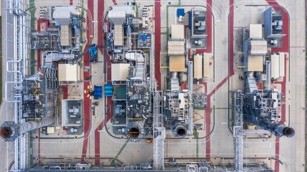 Widok z lotu ptaka z góry elektrownia w nocy, wsparcie rafinerii ropy naftowej i rafinerii gazu