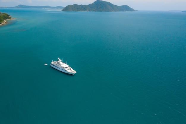 Widok z lotu ptaka z góry na biały jacht w tropikalnym morzu
