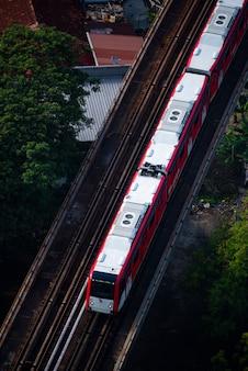 Widok z lotu ptaka z góry na dół obejmujący pociąg dużych prędkości i ruch drogowy