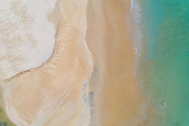 Widok z lotu ptaka z góry na dół piękne morze lato lub plaża i tropikalne morze w tle