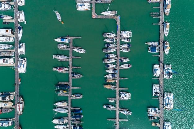 Widok z lotu ptaka z góry na dół strzał z drona parkingu jachtu i żaglówki w marinie