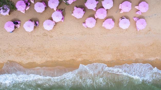 Widok z lotu ptaka z góry na piaszczystej plaży. różowe parasole.