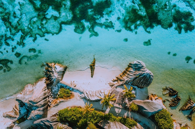 Widok z lotu ptaka z góry na słynny na całym świecie raj, taki jak plaża anse source d argent na wyspie la digue na seszelach