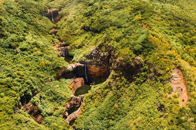 Widok z lotu ptaka z góry na wodospad tamarin siedem kaskad w dżungli tropikalnej wyspy mauritiusa.