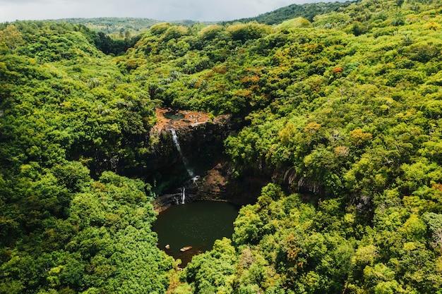 Widok z lotu ptaka z góry na wodospad tamarin siedem kaskad w tropikalnej dżungli na wyspie mauritius