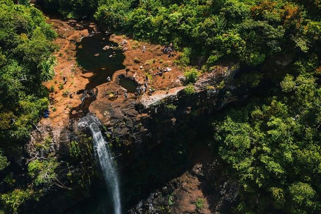 Widok z lotu ptaka z góry na wodospad tamarin siedem kaskad w tropikalnej dżungli