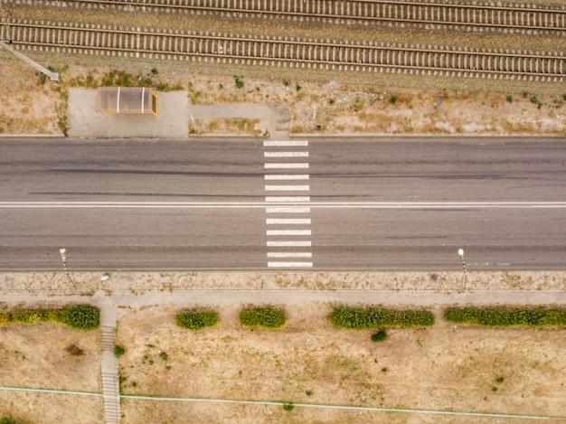 Widok z lotu ptaka z góry przejście dla pieszych na wsi szybka droga f