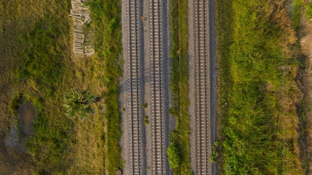 Widok z lotu ptaka z latającego drona torów kolejowych, pociąg