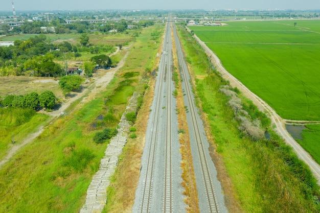 Widok z lotu ptaka z latającego drona torów kolejowych