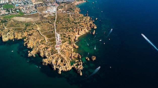 Widok z lotu ptaka z ponta da piedade na wybrzeżu lagos algarve w portugalii