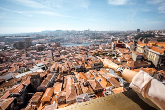 Widok z lotu ptaka z ręką pokazującą stare miasto porto podczas słonecznej pogody w portugalii