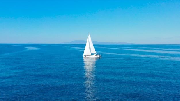 Widok z lotu ptaka żaglowego luksusowego jachtu na otwartym morzu w słoneczny dzień w chorwacji