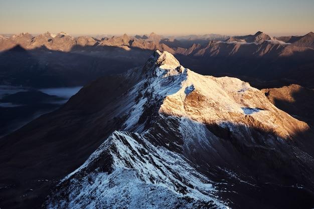 Widok z lotu ptaka zaśnieżone góry z jasnym niebem