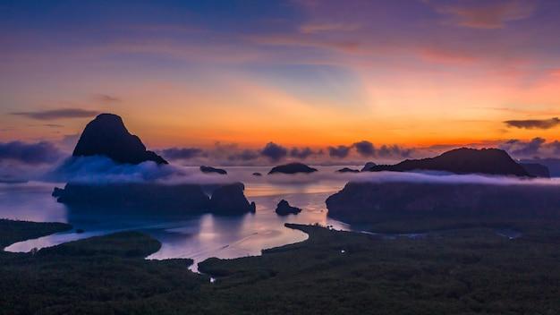 Widok z lotu ptaka zatoka phang nga o wschodzie słońca z pięknym wapieniem i lasami namorzynowymi oraz wzgórzami na morzu andamańskim.