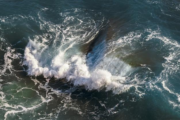Widok z lotu ptaka zbuntowanych fal w morzu śródziemnym