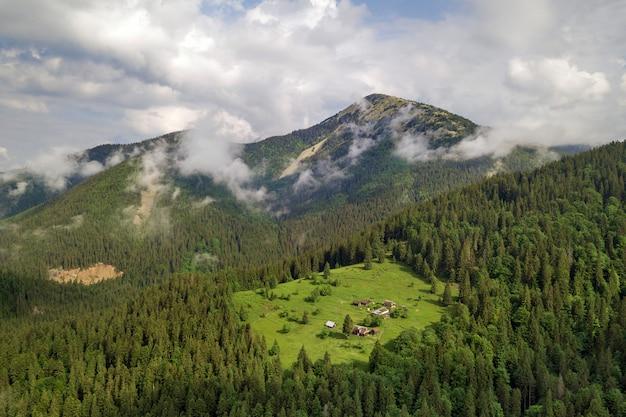 Widok z lotu ptaka zielone karpackie góry zakrywać z wiecznozielonym świerkowym sosnowym foreston lata słonecznym dniem.