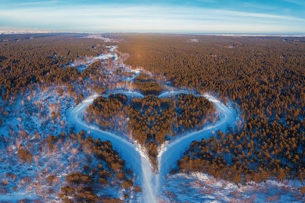 Widok z lotu ptaka zimowego lasu w kształcie serca