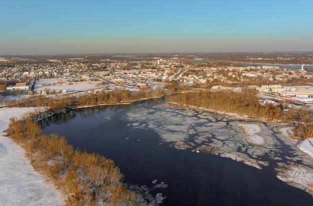 Widok z lotu ptaka zimy w podmiejskim mieście ze śniegiem pokryte burlington