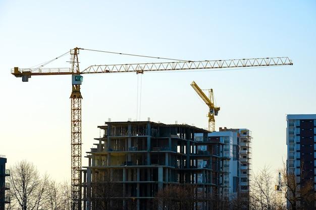 Widok z lotu ptaka żurawi wieżowych i wysokich budynków mieszkalnych w budowie. rozwój nieruchomości.