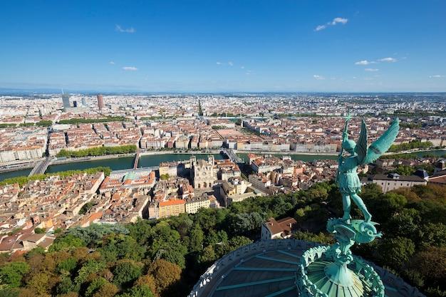 Widok z lyonu z góry notre dame de fourviere, francja, europa