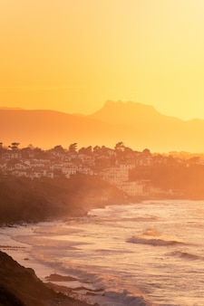 Widok z miast bidart i getaria na wybrzeżu basków i góry aiako harriak z tyłu, na kraj basków.