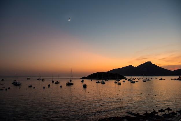 Widok z miasta sant elm w kierunku dragon island na majorce