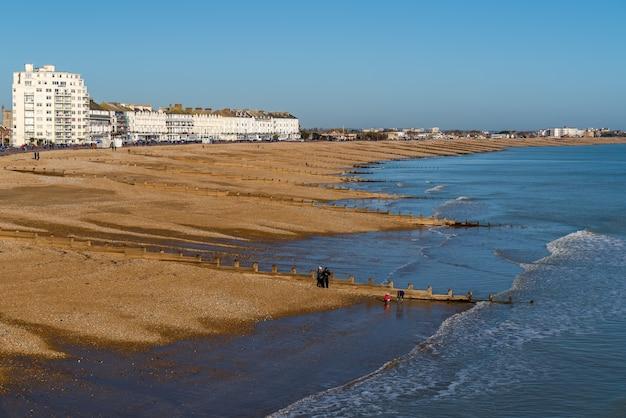 Widok z molo eastbourne w kierunku brzegu w eastbourne east sussex