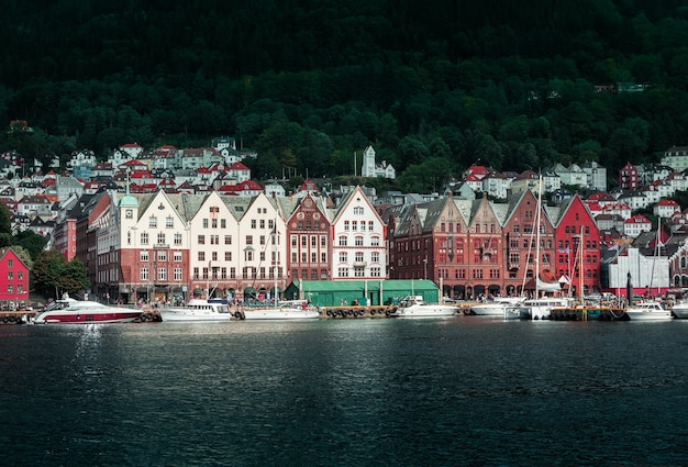 Widok z molo na miasto bergen z kolorowymi drewnianymi domami