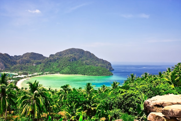 Widok z najwyższego punktu wyspy phi-phi w tajlandii